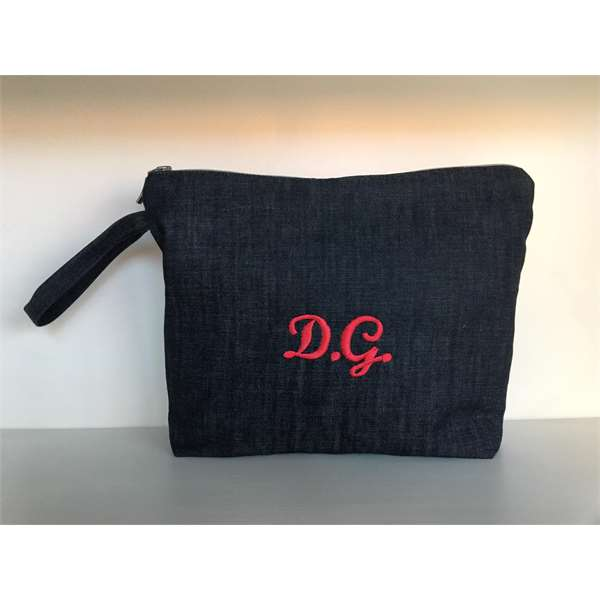 Clutch in denim con iniziali ricamate